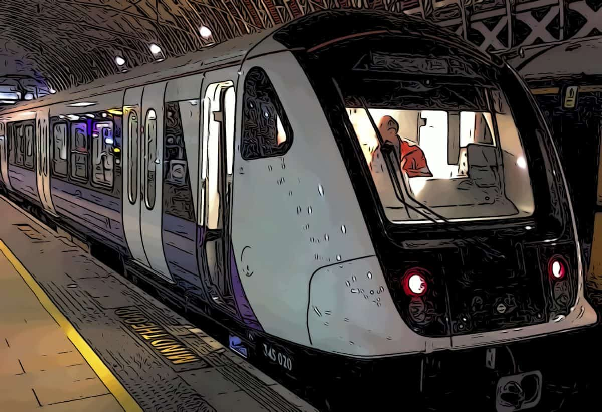 a new elizabeth line train shortly arriving at Canary Wharf's crossrail place station